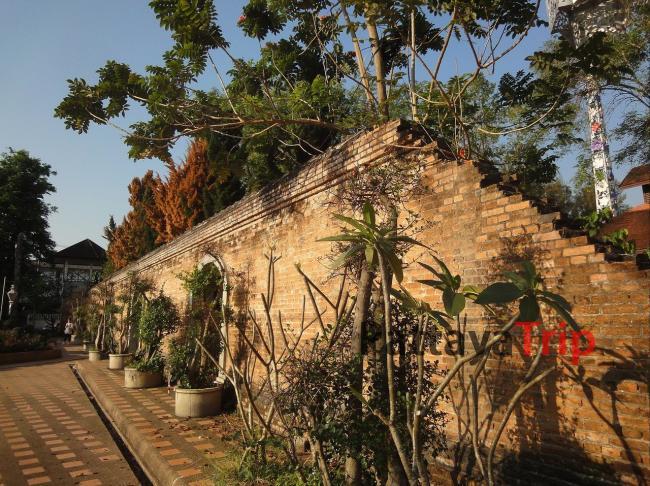 Древняя стена на территории Чианграй (Таиланд)
