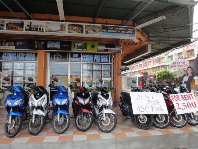 Один из многочисленных салонов по аренде мотобайков в Паттайе