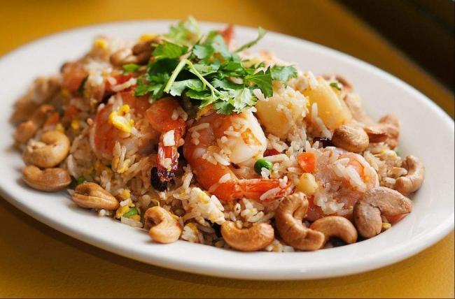 Жареный рис с креветками и ананасом