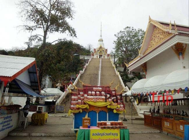 Тайский храм на горе Khao Takiab в Хуа Хин
