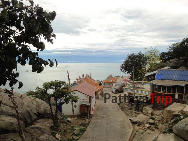 Спуск к китайскому храму на горе Khao Takiab