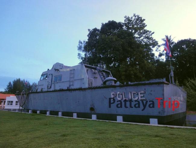 Полицейский катер рядом с мемориалом жертвам цунами в Као Лак