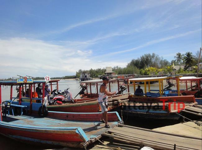 Рыбацкие лодки, на них можно переправиться, даже с мотобайком