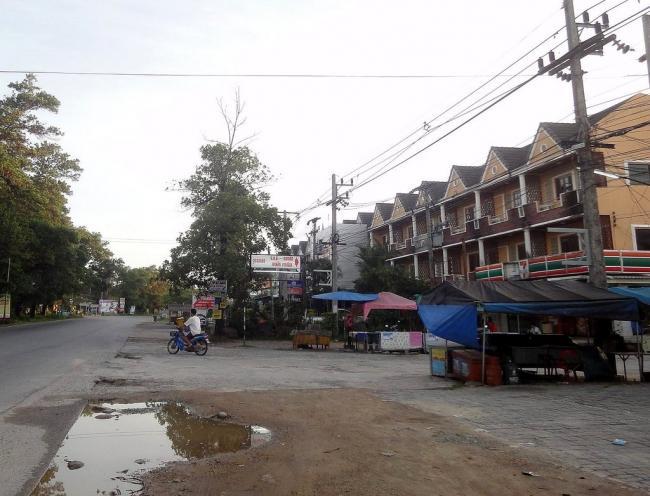 Остановка автобусов в Банг Нианг в Као Лак