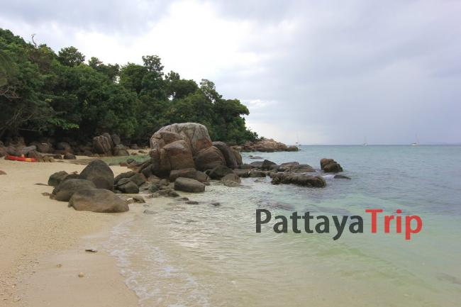 Камни в левой части пляжа