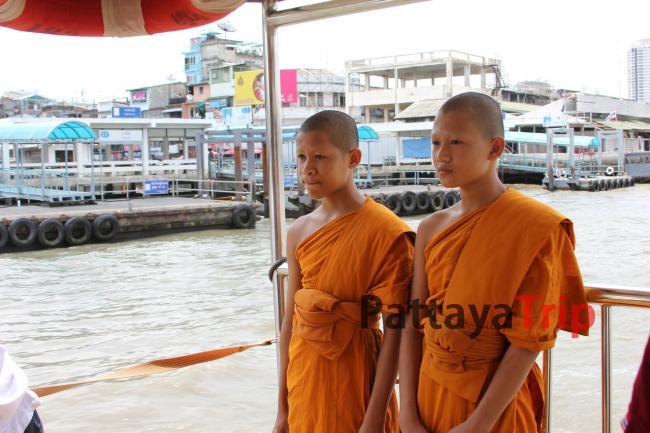 Монахов можно отличить по яркому цвету одеяний