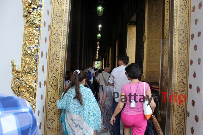 В храме обязательно нужно прикрыть плечи и колени