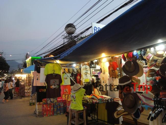 Сувениры и одежда на Волкинг Стрит в Пае
