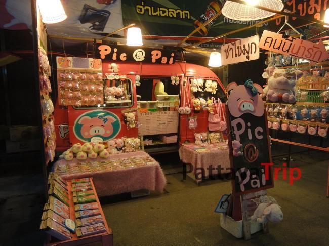 Сувениры и одежда на Волкинг Стрит в Пае (Таиланд)