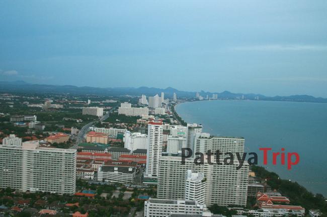 Вид на пляж Джомтьен с башни Паттайя Парк