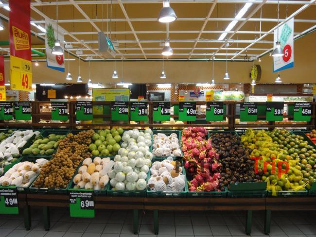 Фруктовая витрина в супермаркете