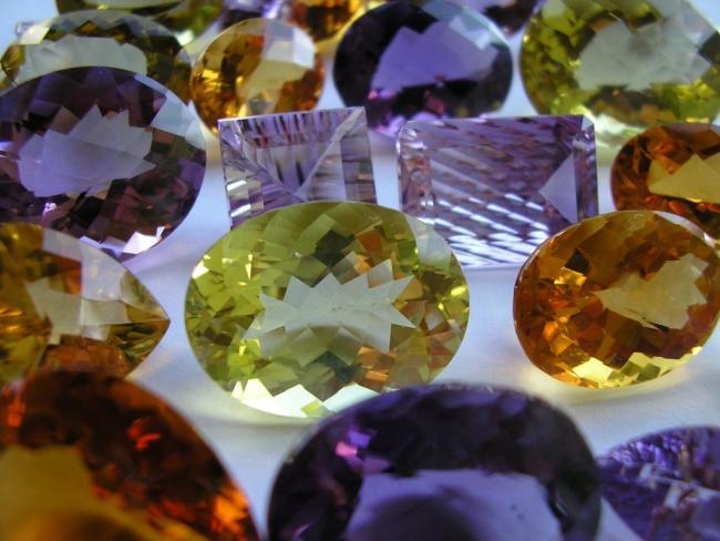 Сапфиры - одни из добываемых драгоценных камней в Тайланде
