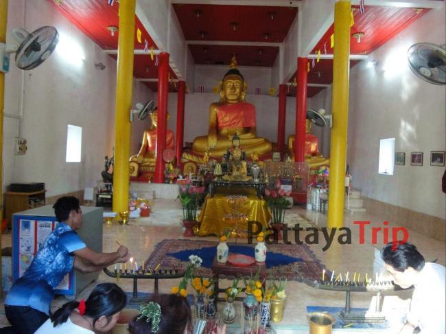 Статуи 3 сидящих Будд