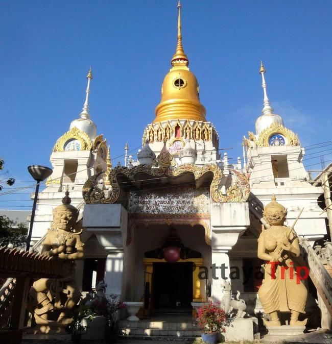 Храм с сидящими монахами