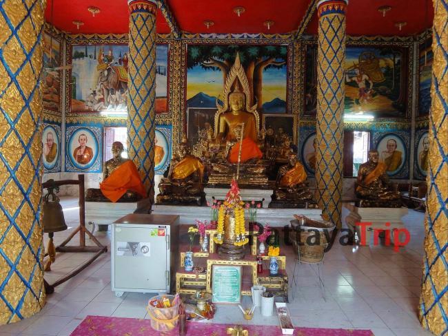 Статуи сидящего Будды и монахов