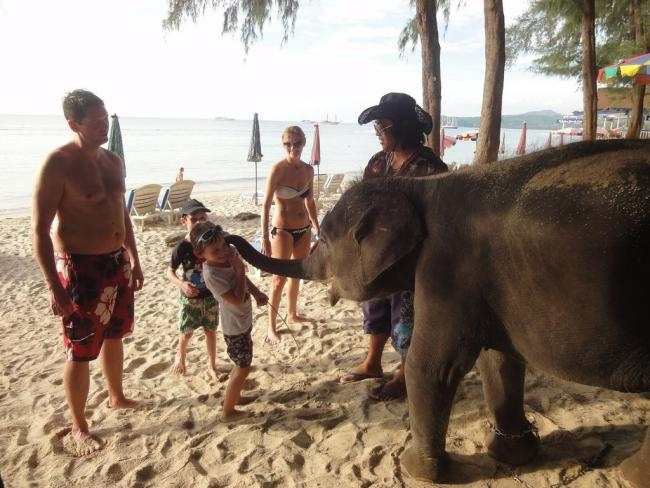 Дети на пляже Банг Тао на Пхукете