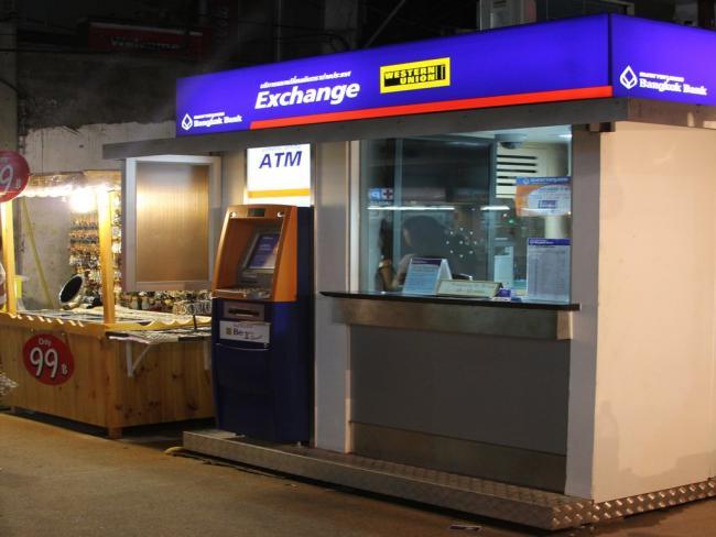 Обменный пункт и банкомат в Тайланде