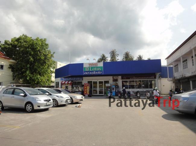 Небольшой супермаркет Теско Лотус в Натоне