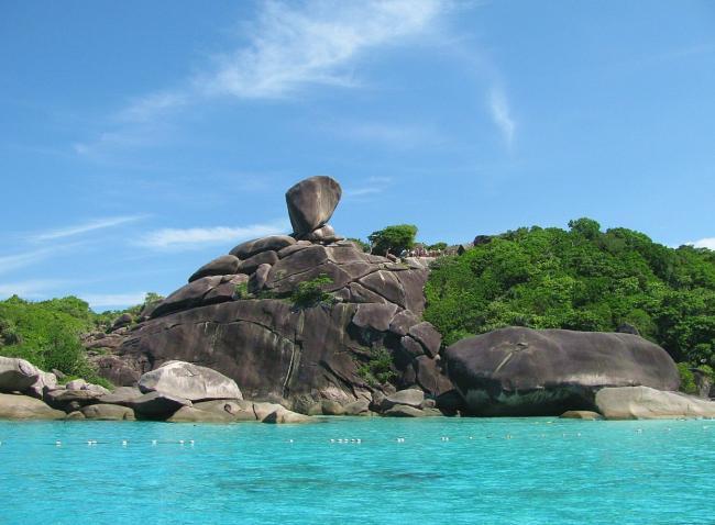 Sail Rock - скала-парус рядом с лагуной Донольд Дак