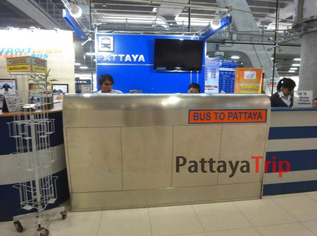 Стойка, где можно купить билет на автобус в Паттайю