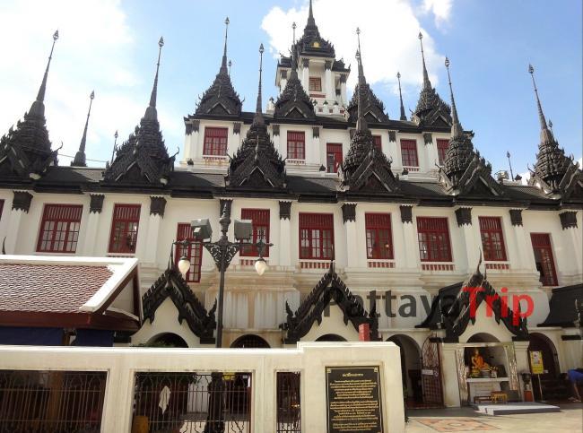 Главный храм Лоха Прасат в комплексе Wat Ratchanatdaram