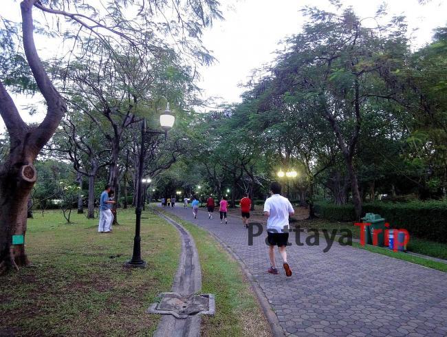 Тайцы вечером приходят в парк побегать