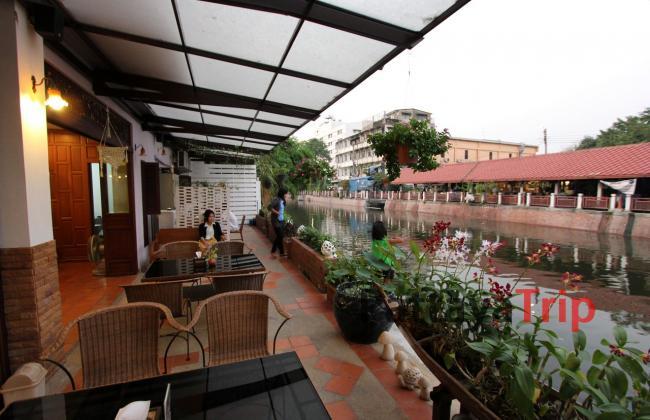 Кафе в отеле с видом на канал