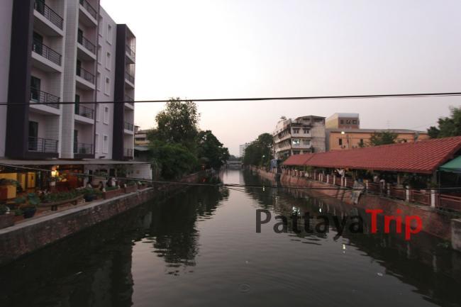 Канал у отеля Korbua House