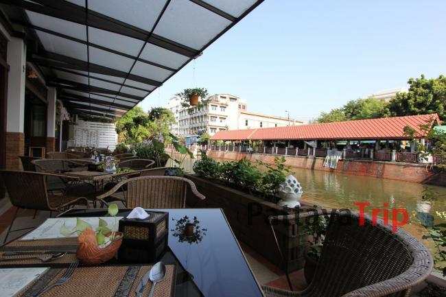 Кафе с видом на канал