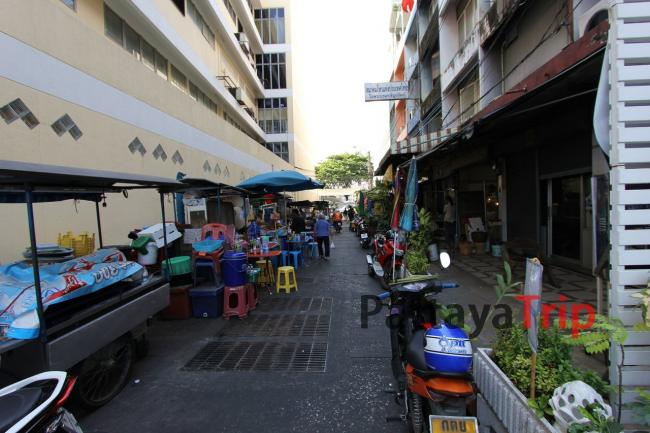 Улица около гостиницы днем