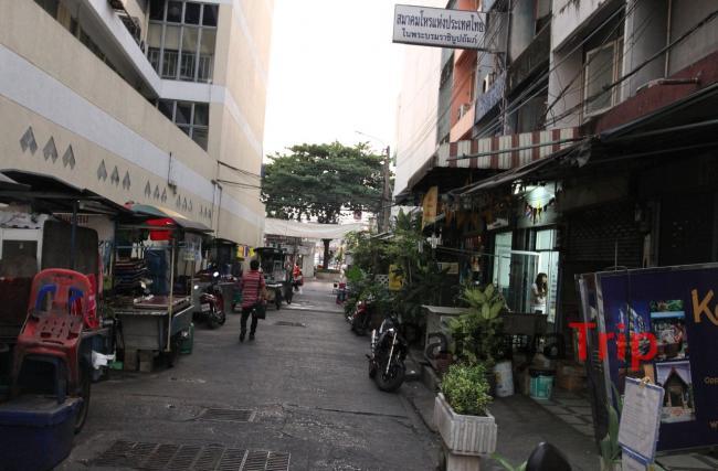 Улица около гостиницы вечером