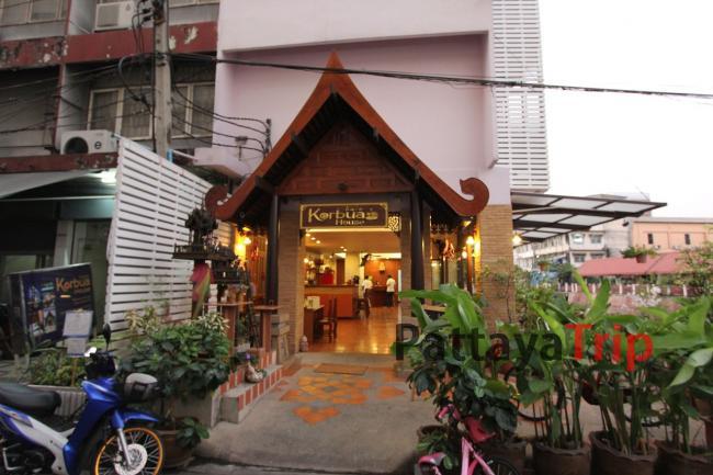 Вход  в отель, слева  - массажный салон