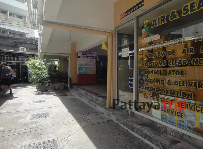 Вход и туристическое агентство рядом
