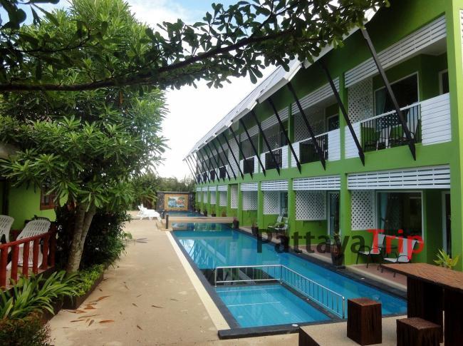 Бассейн в отеле C-nior Bungalows