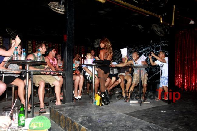 Игра со зрителями на шоу трансвеститов на Ко Тао (Таиланд)