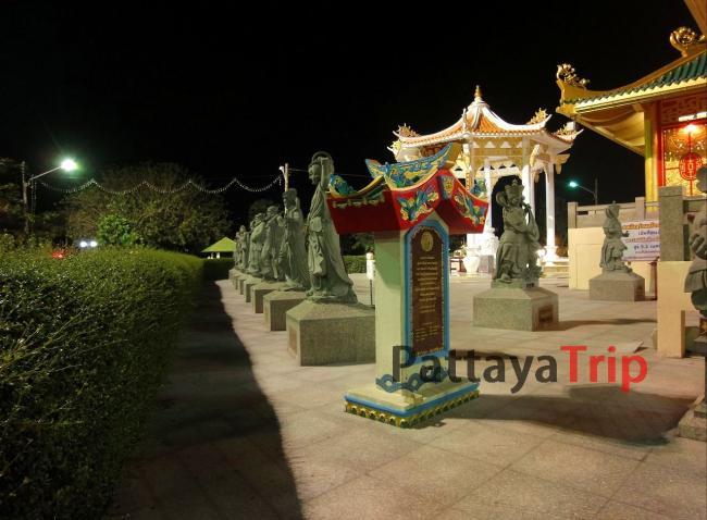 Скульптуры в храме