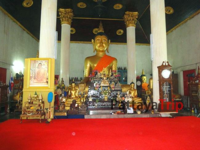 Сидящий будда в храме Wat Kajon на Пхукете