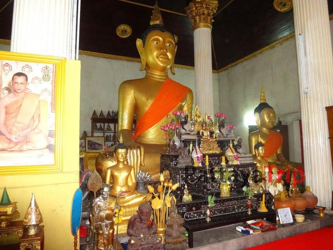 Сидящий Будда в храме Ват Кеджонрангсам