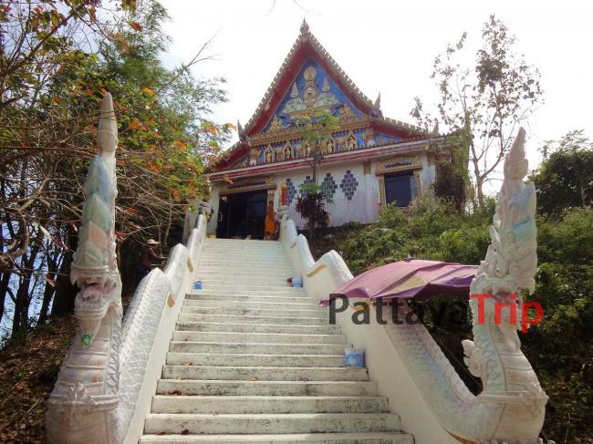 Храм находится на вершине холма