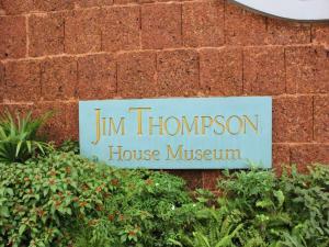 Вывеска на входе в музей Дом Джима Томпсона